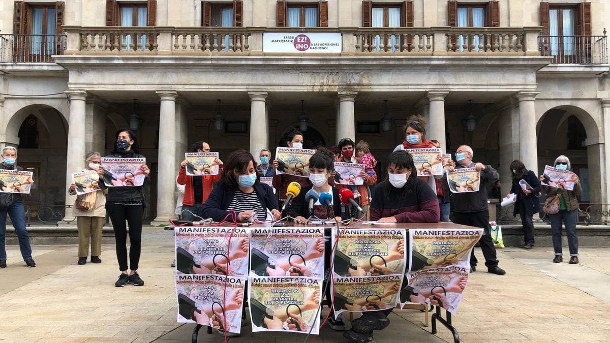Representantes de la plataforma Osasun Publikoa Aurrera durante la presentación en la Plaza de España.
