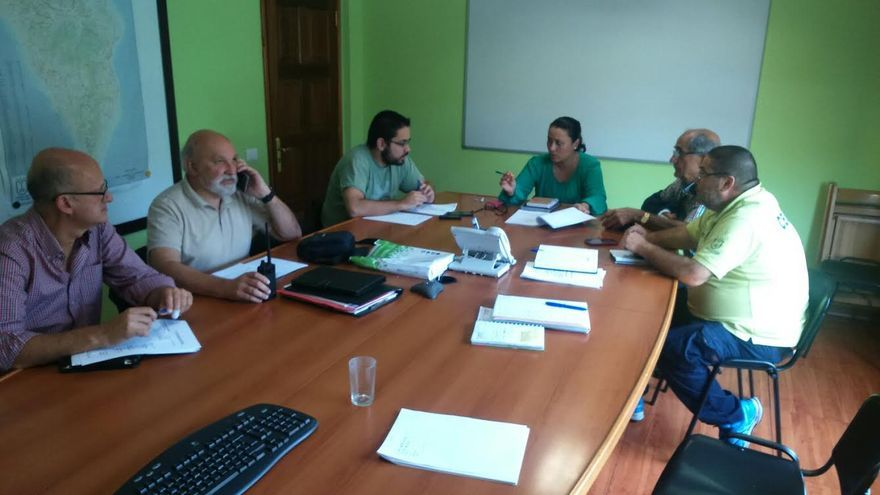 En la imagen, la consejera insular de Emergencias, con miembros de Cecopin, Bomberos Voluntarios de La Palma, Cruz Roja, AEA y Alfa Tango.