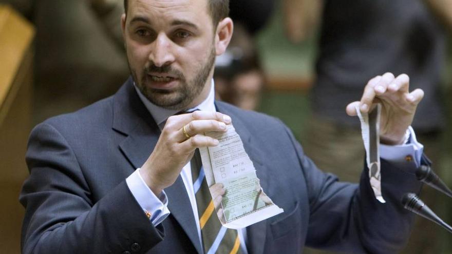 Abascal, en el Parlamento Vasco, rompiendo una papeleta de la consulta soberanista de Ibarretxe