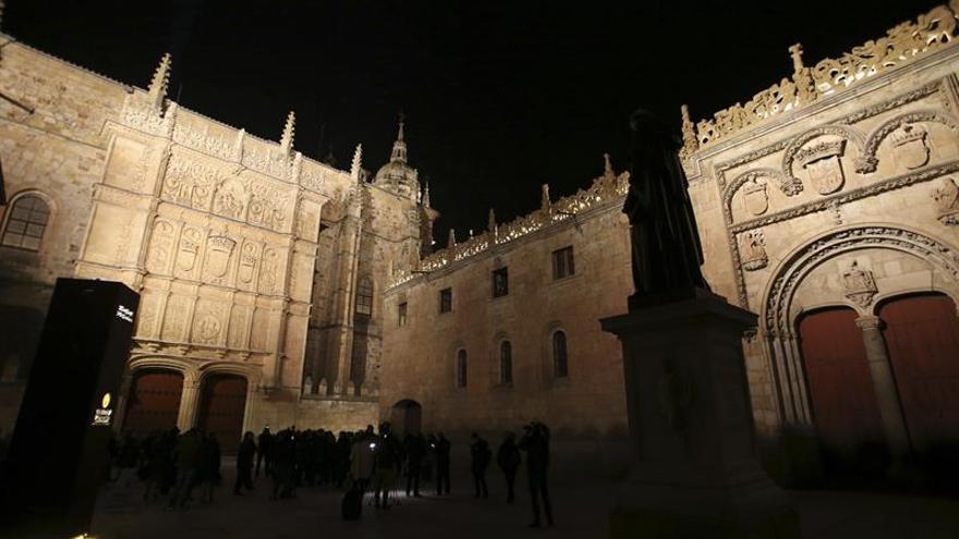 La fachada plateresca de la Universidad de Salamanca recupera su esplendor