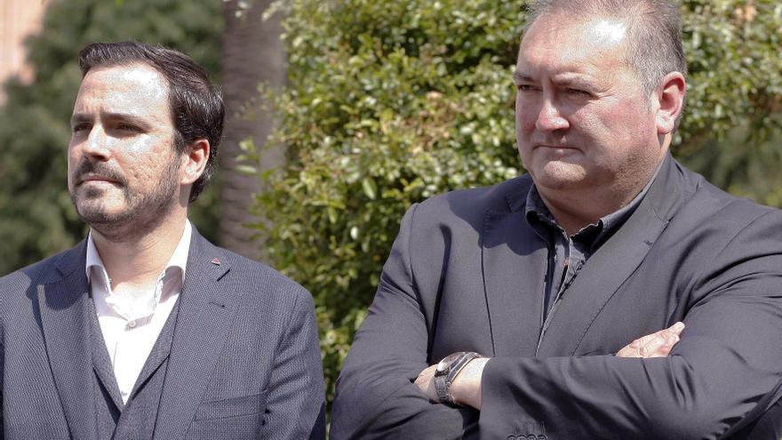 El coordinador federal de IU, Alberto Garzón (i), y el coordinador de IU de Asturias, Ramón Argüelles (i) durante la inauguración de los Jardines de los Abogados de Atocha.