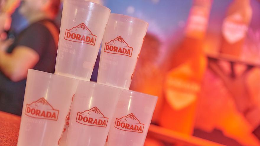 Vasos reutilizables de la marca de cerveza Dorada.