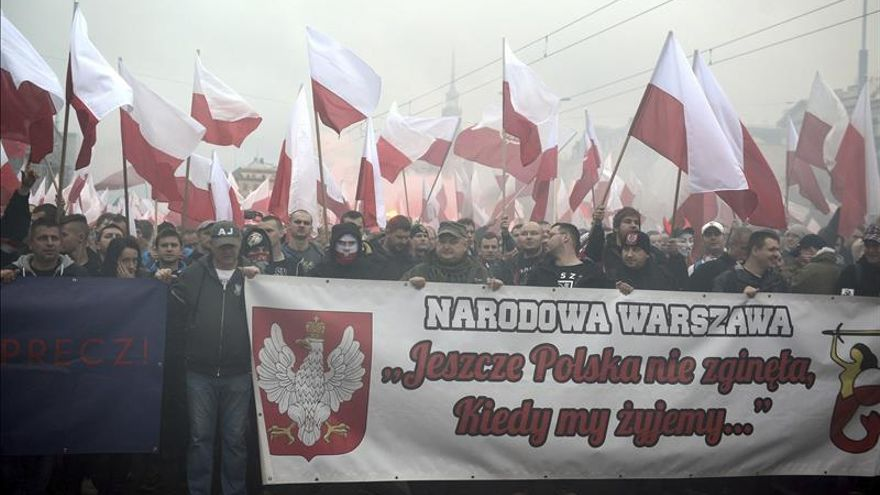 """Decenas de miles de manifestantes bajo el lema """"Dios, honor y patria"""" en Varsovia"""