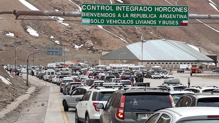 Atasco kilométrico en el paso de Los Libertadores entre Argentina y Chile