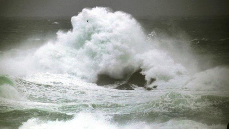 Alerta roja en el litoral gallego y asturiano por olas de hasta 9 metros
