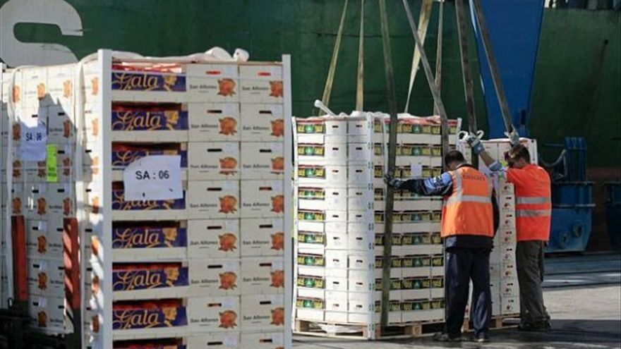 Operarios cargan cítricos para la exportación. EFE/ Domenech Castelló