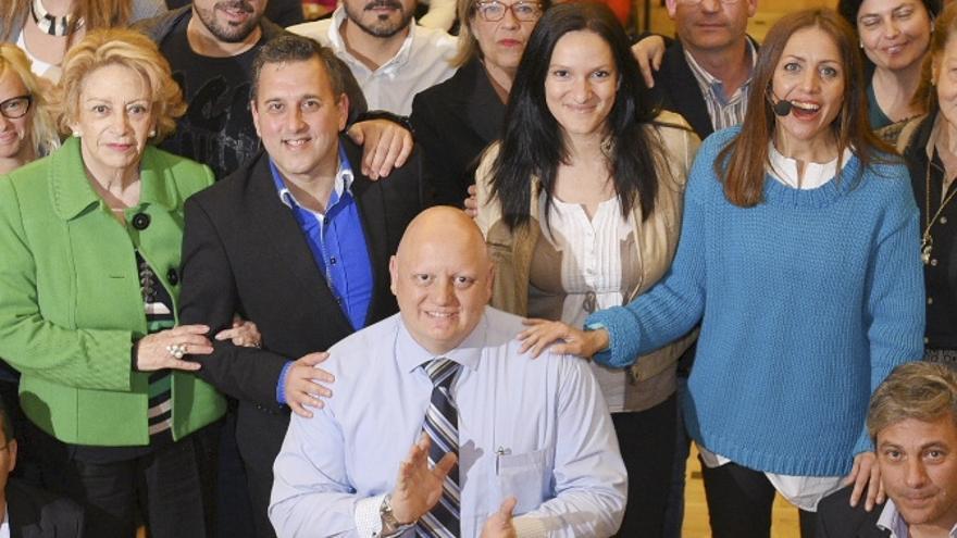 Lorenzo Marichal Delgado, segundo por la izquierda, en una imagen de la campaña utilizada por la candidata Cristina Tavío (primera por la derecha).