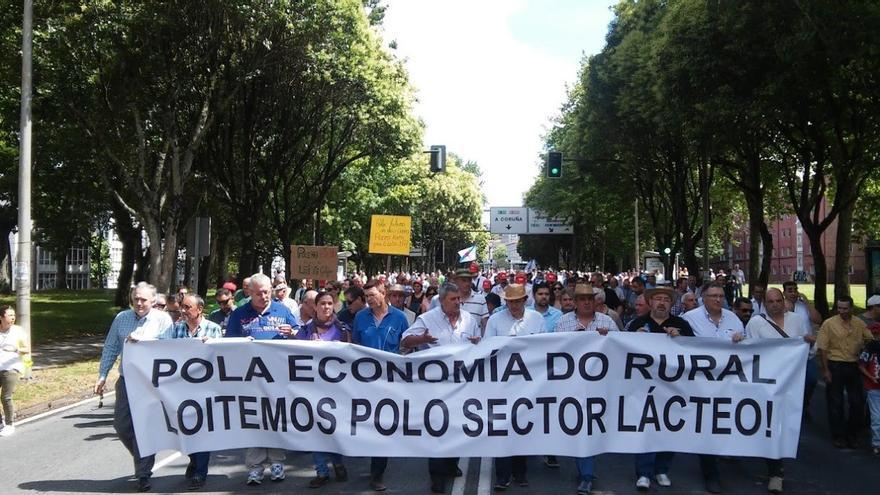 Cabecera de la manifestación, este viernes en Santiago / Merixo