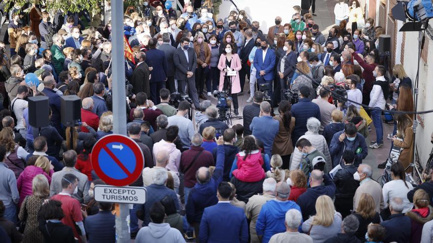 Aglomeraciones en Parla durante un acto electoral de Isabel Díez Ayuso