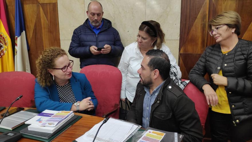Nieves Hernández, consejera de Acción Social del Cabildo de La  Palma, con miembros de la  junta directiva de la Asociación Daño Cerebral Adquirido (Adacea).