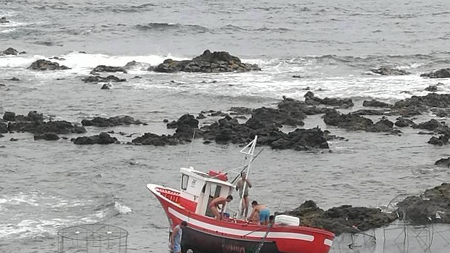 El pesquero 'La Ballenita', tras embarrancar en la costa de Los Silos este fin de semana