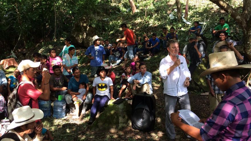 Pedro Santisteve en su encuentro con la comunidad indígena de Río Blanco.