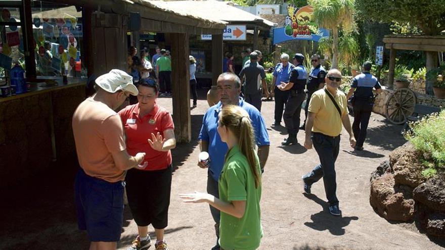 Personal del zoológico Oasis Park de La Lajita explica a los clientes que el parque está cerrado después del accidente en el que los dos propietarios del reciento y uno de sus empleados han resultado heridos al escaparse de su jaula tres chimpancés. (EFE/Carlos De Saá)