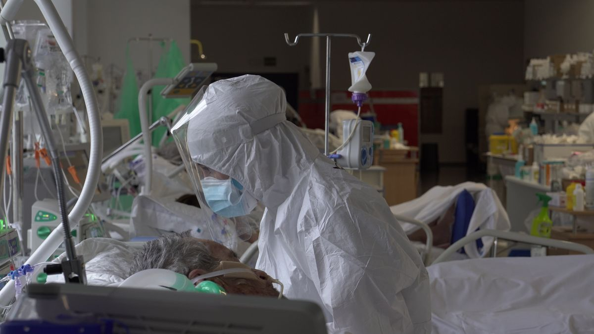 Un sanitario atiende a un paciente con coronavirus en la UCI de Valdecilla.