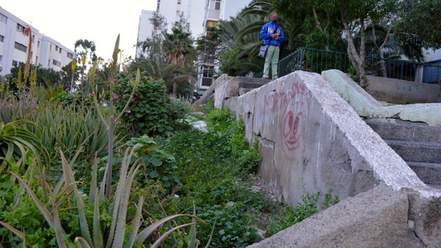 Un muro que se cayó y todavía no ha sido reparado. Además, las escaleras no cuentan con barandillas. FOTO: Iago Otero Paz.