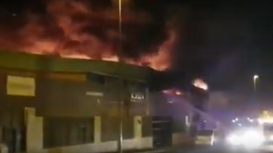 Captura de pantalla de uno de los vídeos del incendio en el Polígono Industrial de Güímar.