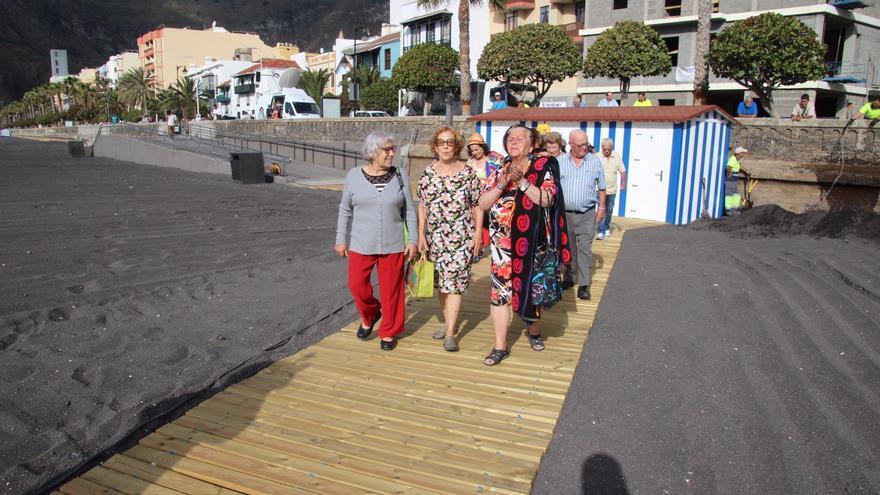 Los bañistas se dirigen a la playa. Foto: JOSÉ AYUT.