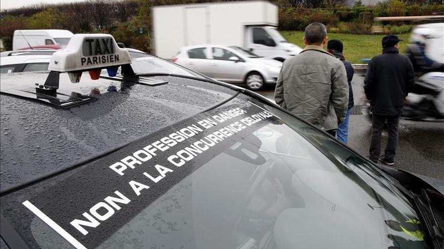 Francia permite a Uber igualar sus tarifas a las de los taxistas