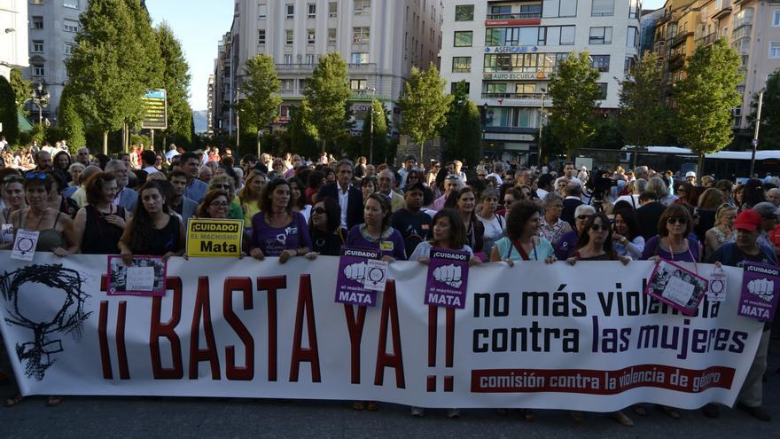 """Cerca de dos centenares de personas se han concentrado en Santander para decir """"basta ya"""" a la violencia de género."""