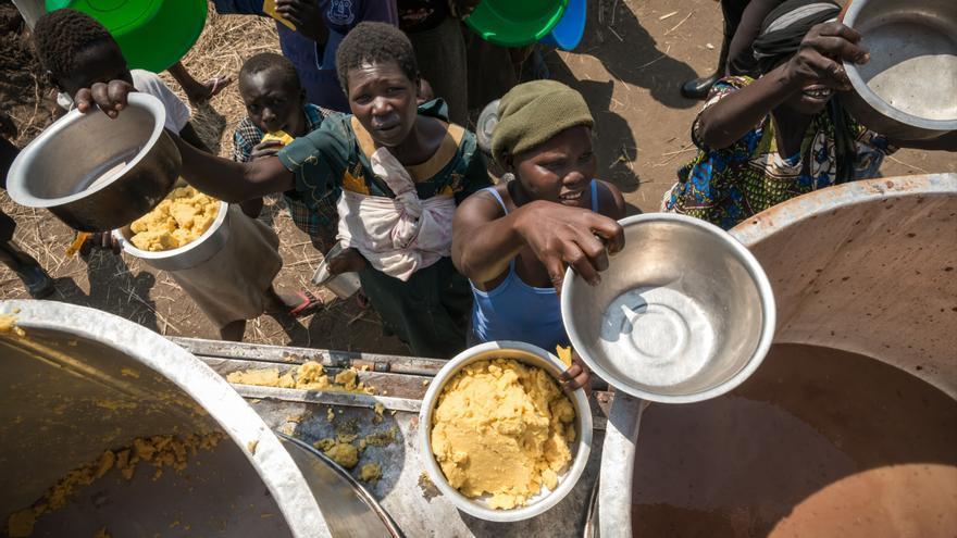Hasta que puedan cocinar por sí mismos, reciben comidas preparadas a base de avena y frijoles. Los refugiados llegan a su lugar de asentamiento temprano en la mañana y tienen menos de un día para instalarse. Son asistidos por las autoridades y organizaciones humanitarias internacionales. Fotografía: Yann Libessart/MSF