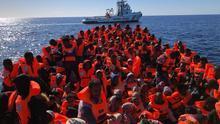 Un grupo de migrantes y refugiados rescatados en el Mediterráneo.  