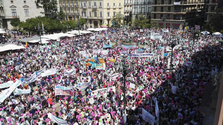Cientos de personas concentradas en la plaza de la Virgen de Valencia en defensa de la educación concertada