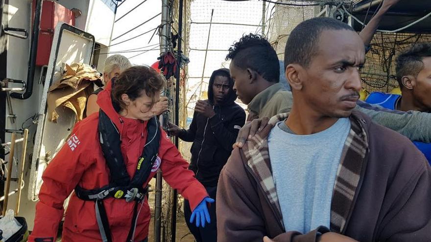 La intervención del Open Arms el pasado sábado a los rescatados por el pesquero. Foto: Lorenzo D'Agostino