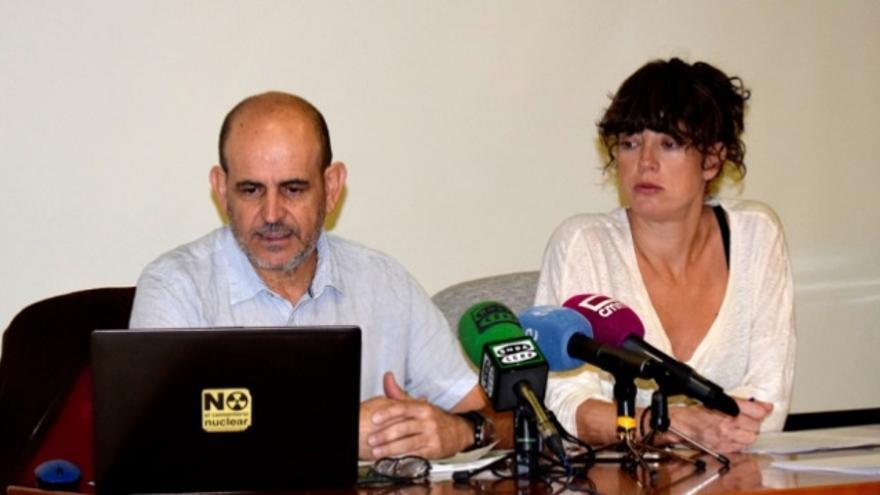 Tatiana Musitu, portavoz de Amigos de los Ríos de Cuenca, y Carlos Villeta, de Ecologistas en Acción de Cuenca