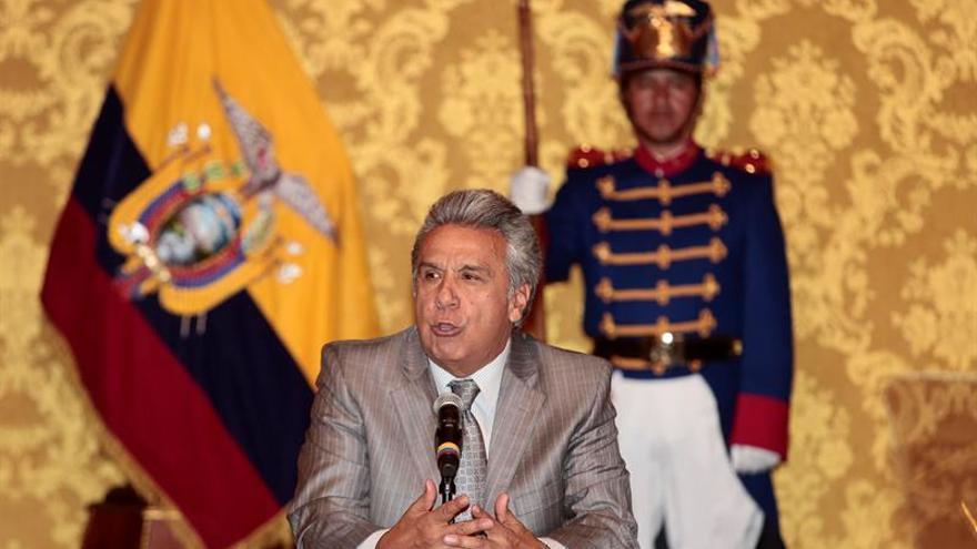 """El presidente de Ecuador asegura que la """"revolución"""" continúa y desea buen viaje a Correa"""