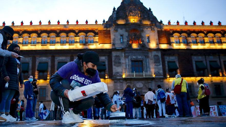 Familiares de desaparecidos protestan frente al Palacio Nacional de México