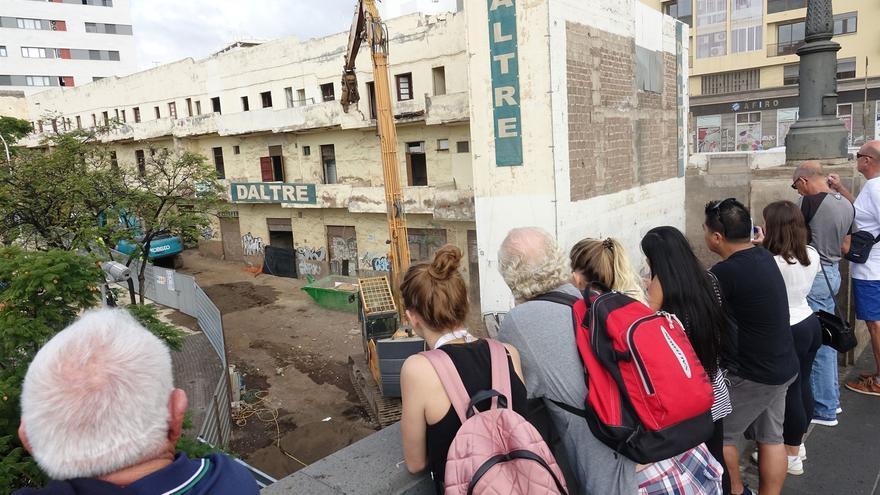 Las máquinas empiezan a derribar el edificio amarillo de la calle Miraflores, este viernes en Santa Cruz