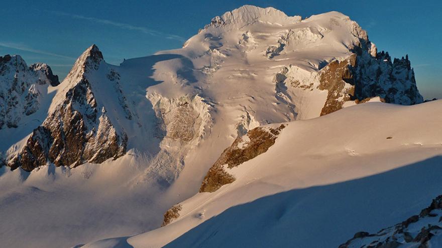 Vista de la Barre des Écrins y Le Dôme de Neige en Les Écrins (© www.guides-ecrins.com)