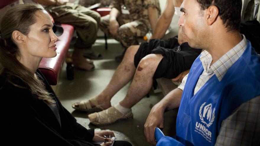 Angelina Jolie visitó a los refugiados sirios en la frontera sirio-jordana
