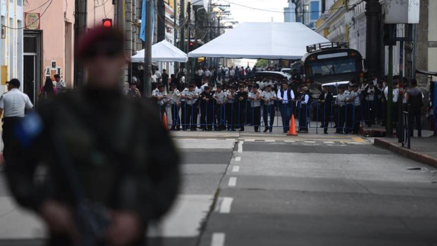 La Policía cerca el Congreso donde el presidente de Guatemala presentará su informe de gobierno