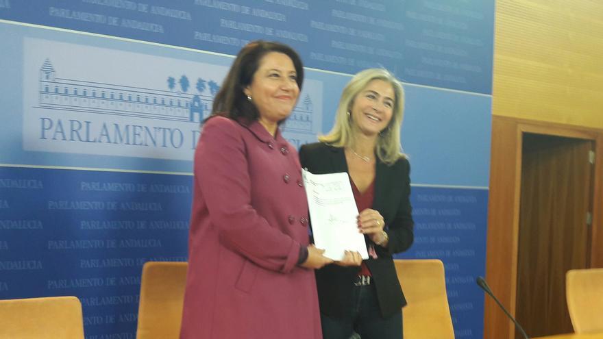 Carmen Crespo y Patricia del Pozo con la sentencia.