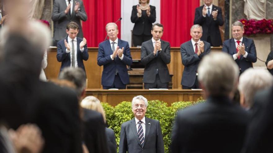 El presidente de Austria deja el cargo pendiente de la elección de su sustituto