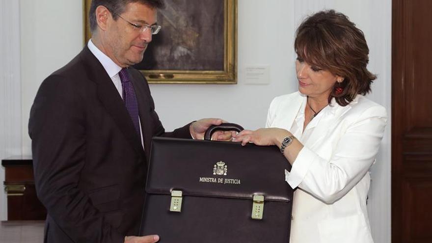 Rafael Catalá le entrega la cartera de Justicia a Dolores Delgado en una reunión privada.