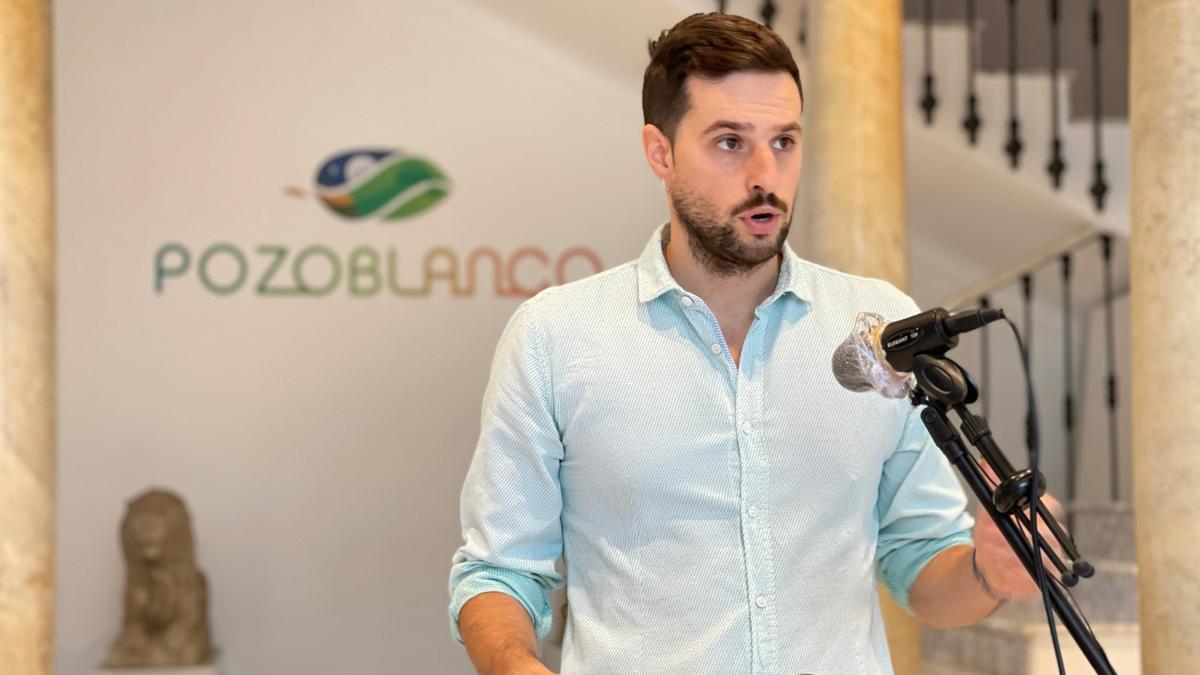 El concejal de Pozoblanco informando de la programación de otoño