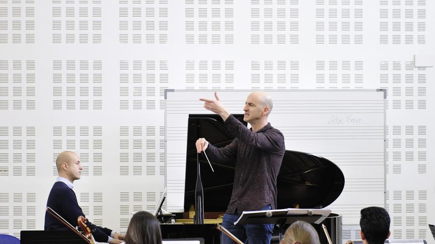 Pedro A. Terán dirigiendo un ensayo de su ópera 'Silencios y excusas'.