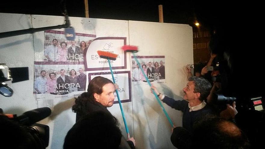 Un grupo que hacía botellón recibió anoche a Iglesias con alusiones a Venezuela en el arranque de la campaña