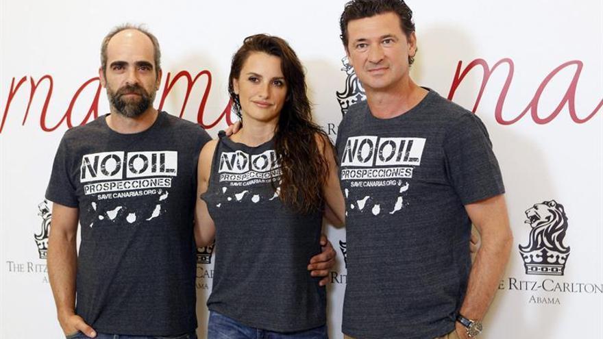 Penélope Cruz, Luis Tosar y Julio Médem posando con una camisa contraria a las prospecciones. Efe.