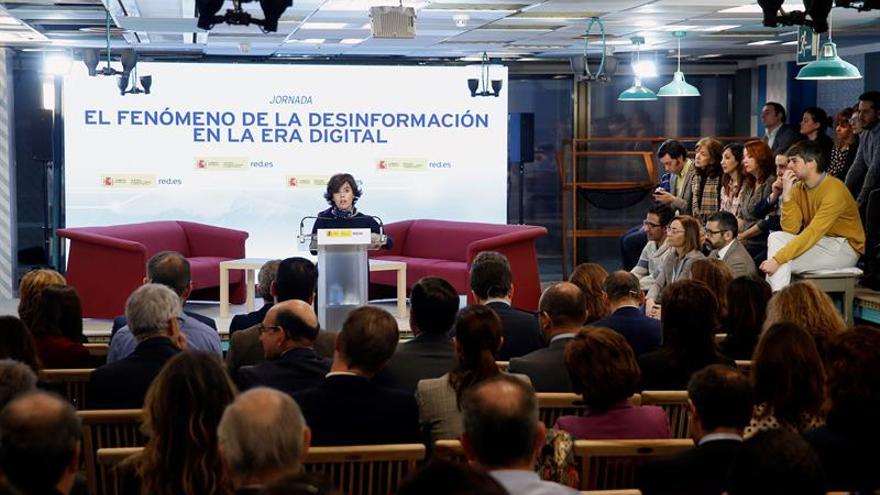 Sáenz de Santamaría llama a los medios y a los  ciudadanos a colaborar contra las noticias falsas