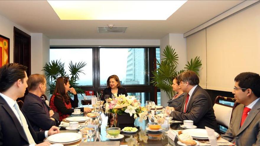 Fotografía cedida por la Procuraduría General de la República (PGR) que muestra a su titular , Arely Gómez (c.fondo) durante una reunión con los expertos de la Comisión Interamericana de Derechos Humanos (CIDH).