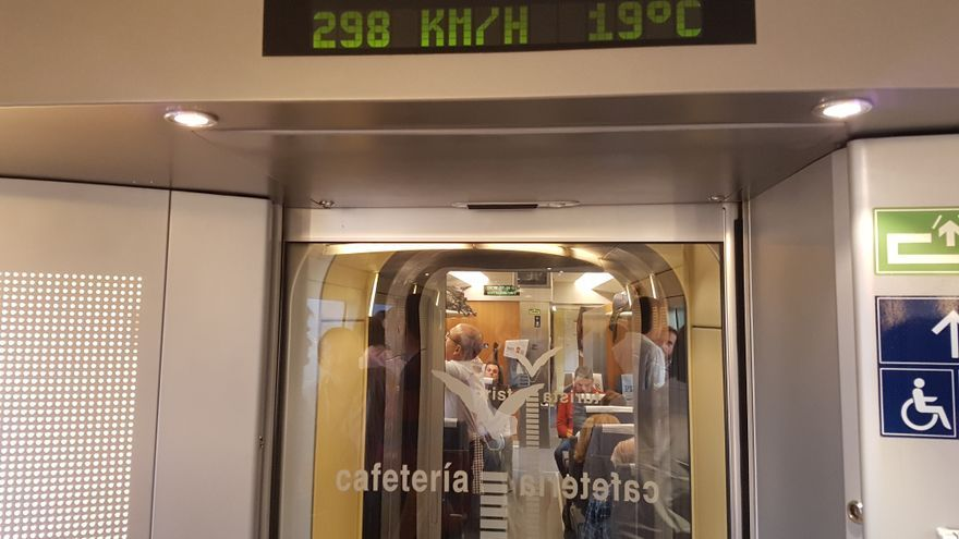 Uno de los vagones de un AVE que circula entre Madrid y Barcelona, este miércoles.