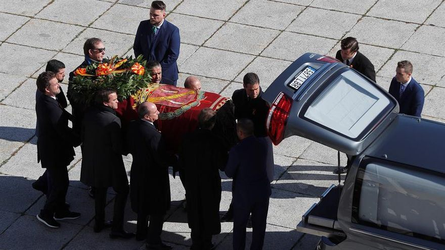 Los familiares introducen el féretro con los restos mortales de Francisco Franco tras su exhumación en un coche en el Valle de los Caídos
