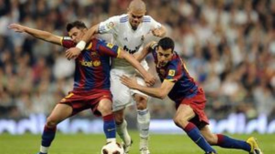 Pepe en una disputa con Villa y Busquets. (EUROPA PRESS)