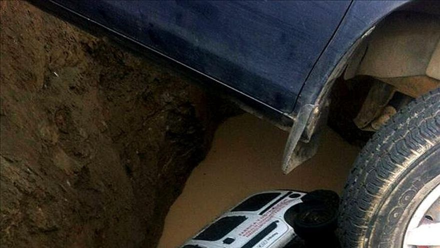 Un hombre atrapado al ser engullido su coche por un socavón en Las Palmas