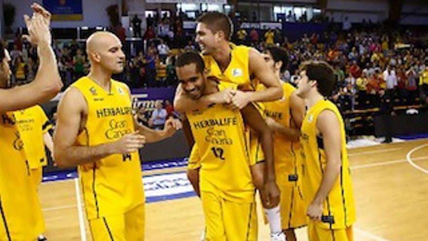 Los jugadores del Herbalife Gran Canaria celebran la clasificación para la Copa.