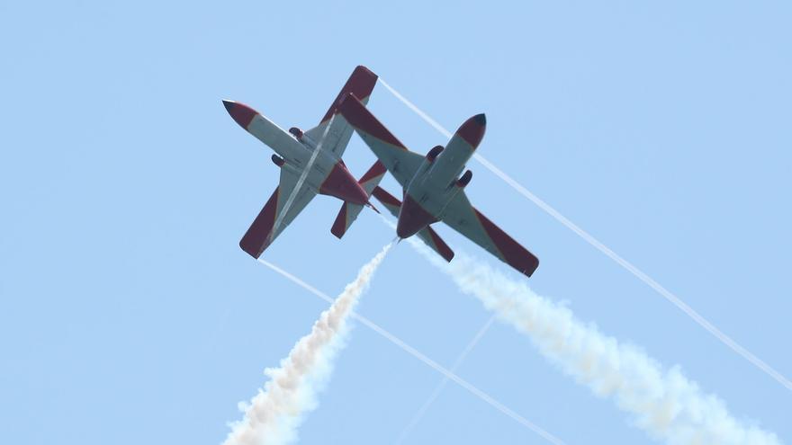 Dos aviones C-101 de la Patrulla Águila realizan una acrobacia en vuelo.