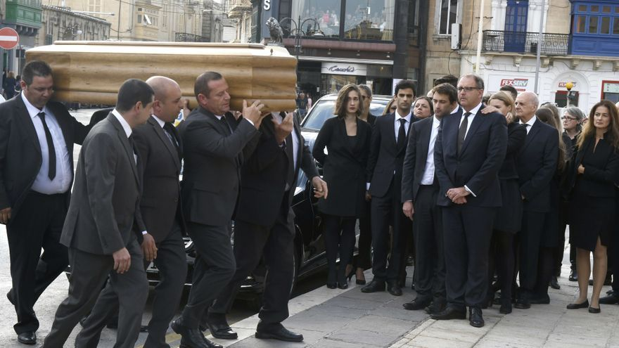 Peter Caruana Galizia, en primera fila a la derecha, rodeado de sus tres hijos durante el funeral de su mujer, Daphne Caruana Galizia el 3 de noviembre de 2017.
